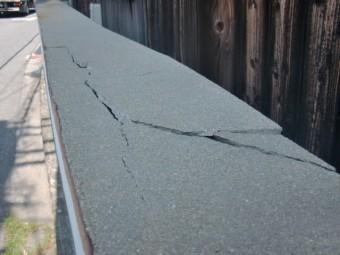泉北郡忠岡町の劣化した塀の笠木の割れ