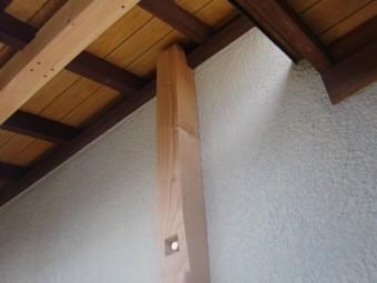 岸和田市東ヶ丘町の劣化した庇の補強/受け梁を固定する角材