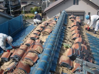 岸和田市吉井町の既存の瓦をめくります