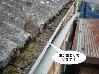 泉佐野市のガレージの樋が詰まっています