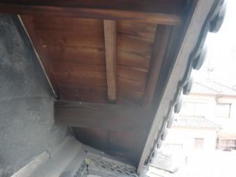 岸和田市土生町の劣化した軒天井板