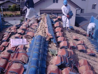 岸和田市吉井町の屋根葺き替えの様子