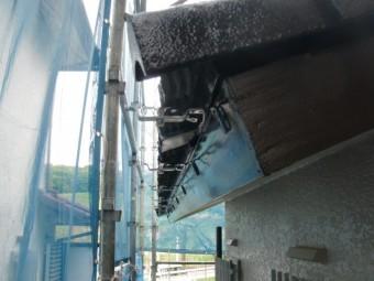 岸和田市天神山町の軒先に雨樋の内吊り金具取付