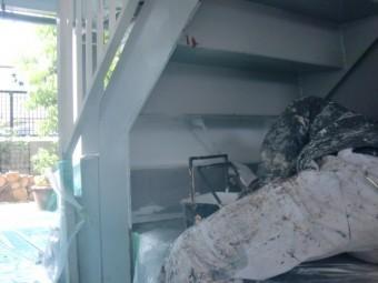 岸和田市春木の階段の裏側に錆止め塗布