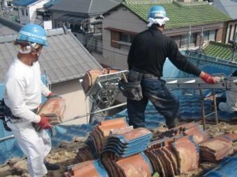 岸和田市吉井町の瓦を昇降機で下ろします