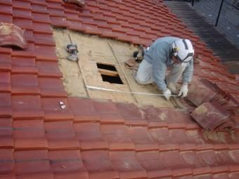 岸和田市西之内町で瓦の屋根に採光窓設置のための採寸