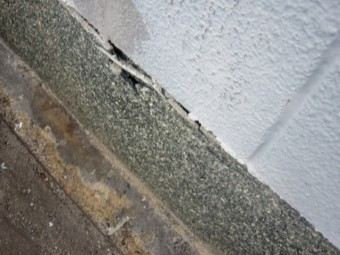 泉北郡忠岡町の劣化した塀の基礎巾木浮き