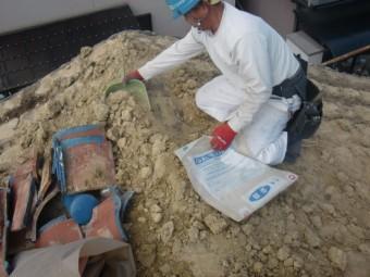 岸和田市吉井町の瓦の下の土撤去