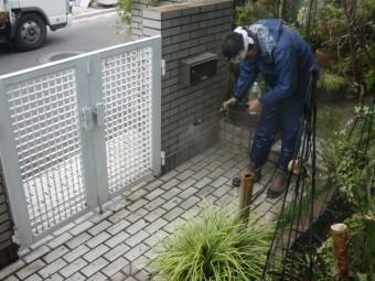 岸和田市岡山町の玄関アプローチのタイル洗浄