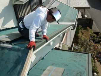 泉南市岡田の屋根のケラバ水切り取り付け