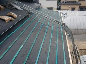 岸和田市土生町の下屋根に横桟木設置完了