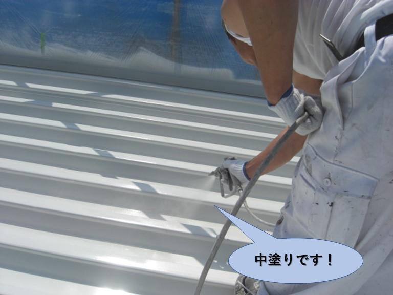 岸和田市の折板屋根を中塗りです!