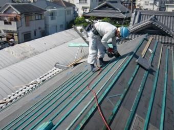 岸和田市土生町の上屋根に瓦桟木設置