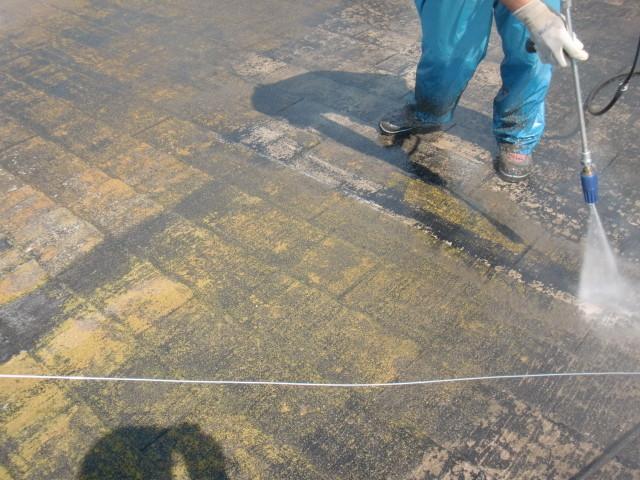 岸和田市摩湯町で屋根の洗い作業