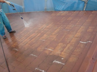 岸和田市摩湯町の屋根洗浄の様子