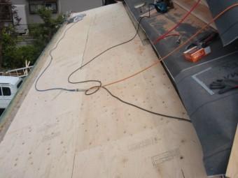 岸和田市土生町の下屋根の軒天井板の上に下地設置