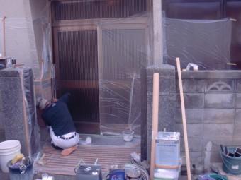 岸和田市吉井町のタイル部塗装で養生