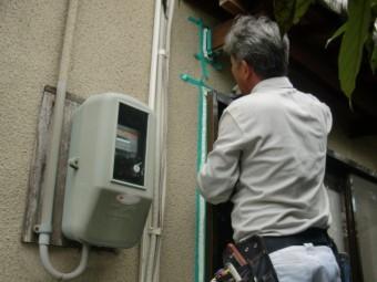 岸和田市畑町の掃き出し窓周りのコーキングヘラ押さえ