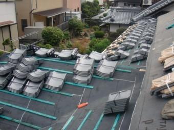 岸和田市土生町の屋根に瓦荷揚げ