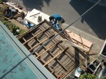 泉南市岡田の玄関庇の鋼板撤去