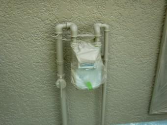 岸和田市天神山町のメーターの配管塗装