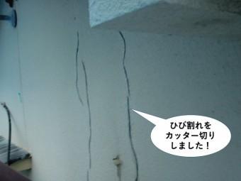 岸和田市の外壁のひび割れをカッター切りしました