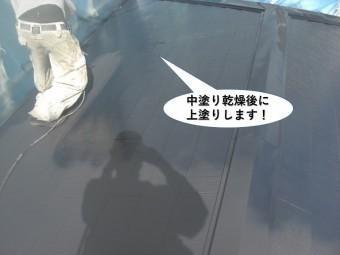 岸和田市の屋根を中塗り乾燥後に上塗りします