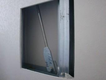 貝塚市の壁に点検の穴空け完了