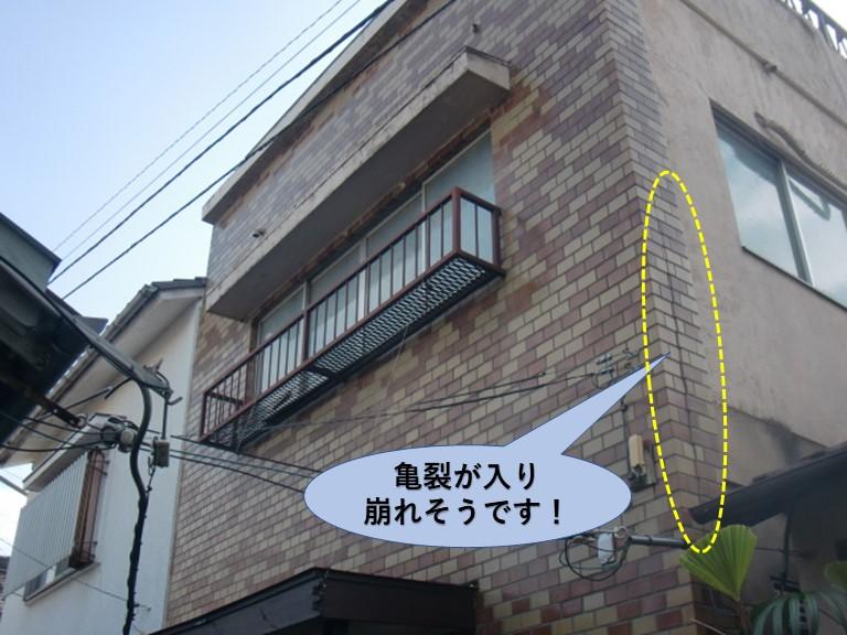 岸和田市の外壁タイルに亀裂が入り崩れそうです!
