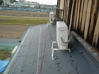 岸和田市東大路町の屋根瓦葺き替えで既存瓦と土の撤去2日目