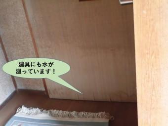 岸和田市の玄関の建具にも水が廻っています