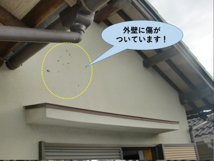 和泉市の外壁に傷がついています