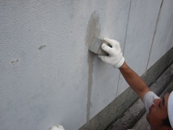泉北郡忠岡町の塀のひび割れにウレタン樹脂充填