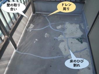 岸和田市のベランダのひび割れをシーリングで防水