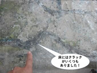 貝塚市のバルコニーの床にはクラックが発生