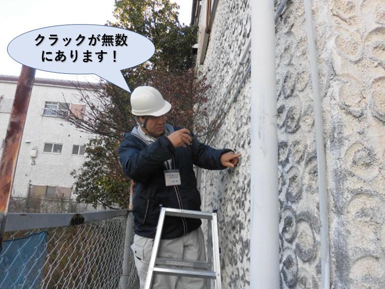 泉佐野市の外壁にクラックが無数にあります!