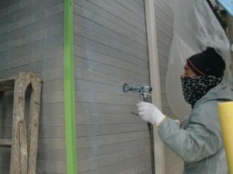 岸和田市尾生町の外壁を吹き付けで下塗り