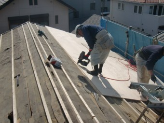 岸和田市吉井町の屋根に構造用合板設置