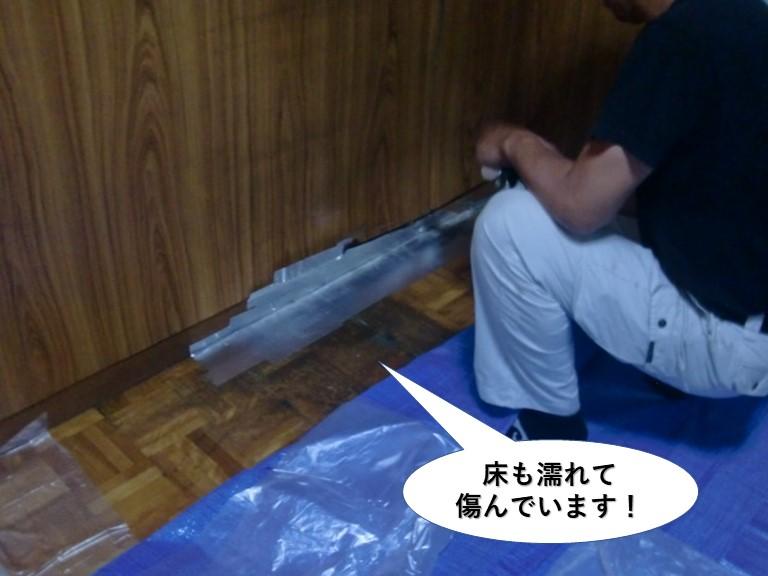泉佐野市の床も濡れて傷んでいます