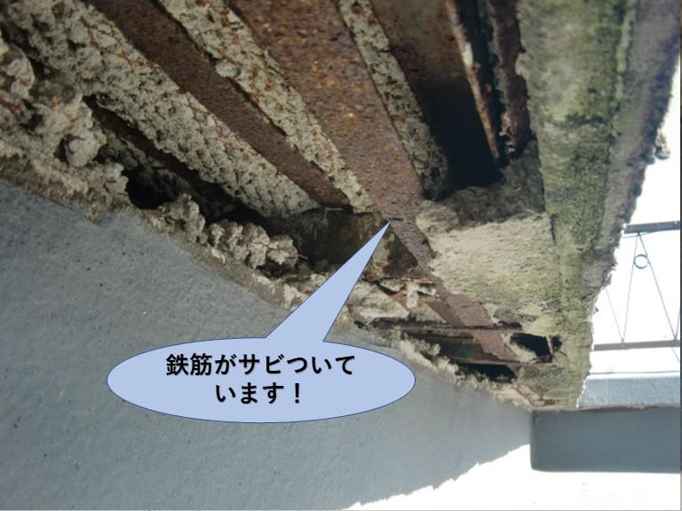 岸和田市の陸屋根の鉄筋が錆びついています