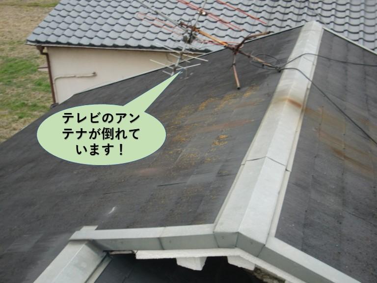 熊取町の屋根のアンテナが倒れています