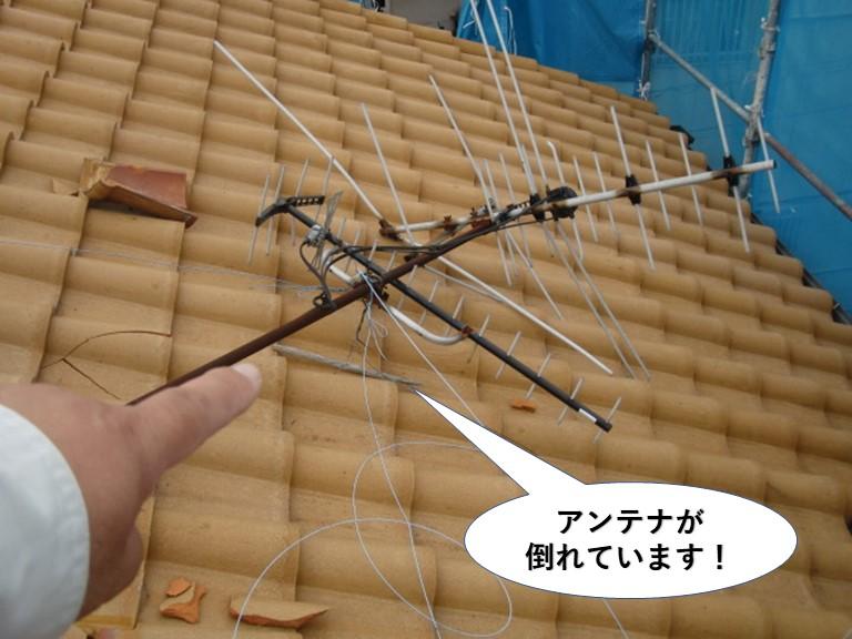 和泉市の屋根のアンテナが倒れています