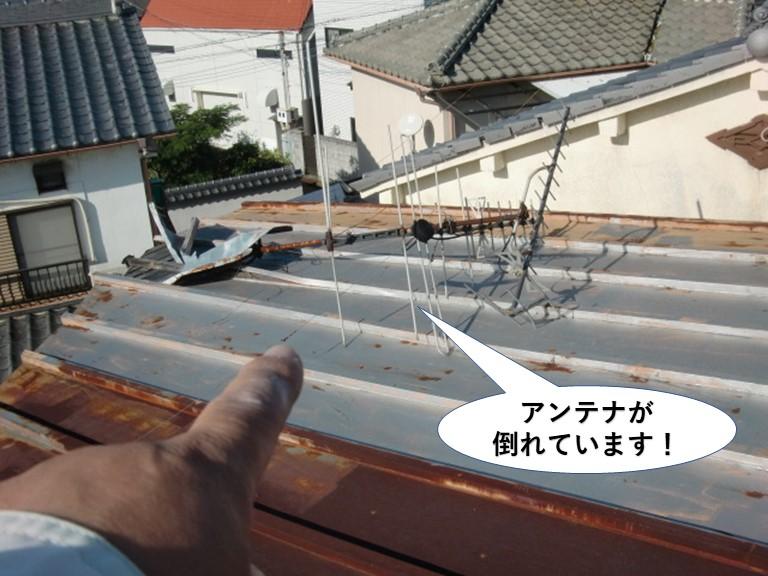 阪南市の屋根にアンテナが倒れています