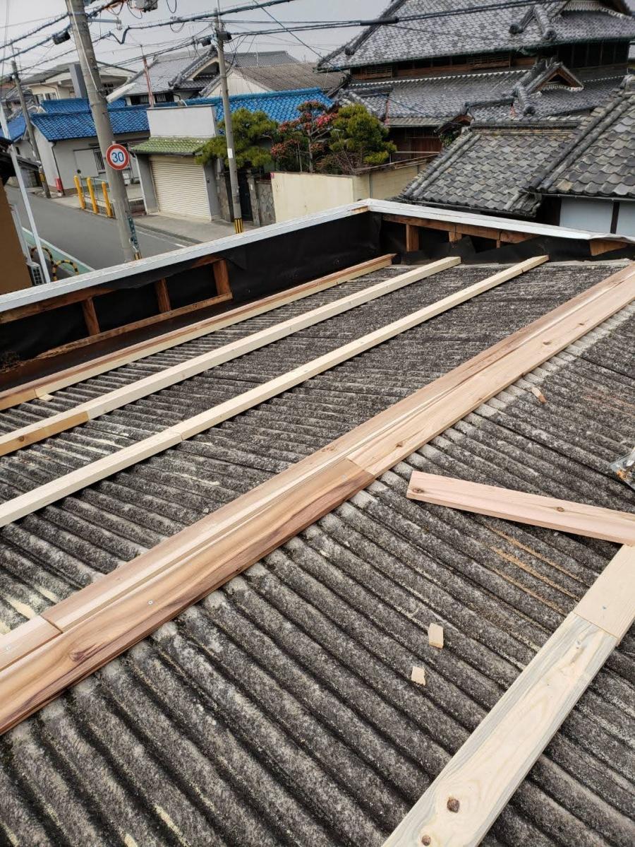 堺市の屋根のカバー工法でガルバリウム鋼板の波板を張り金属屋根に!