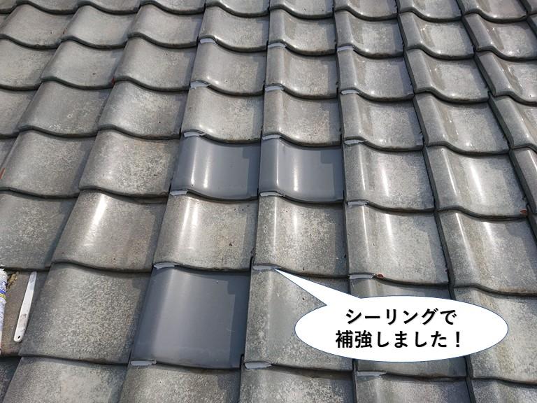 泉佐野市の屋根瓦をシーリングで補強