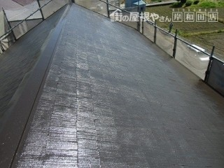 岸和田市真上町の外壁塗装と屋根塗装で屋根の上塗り