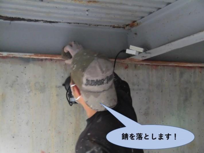 岸和田市のガレージの錆を落とします!