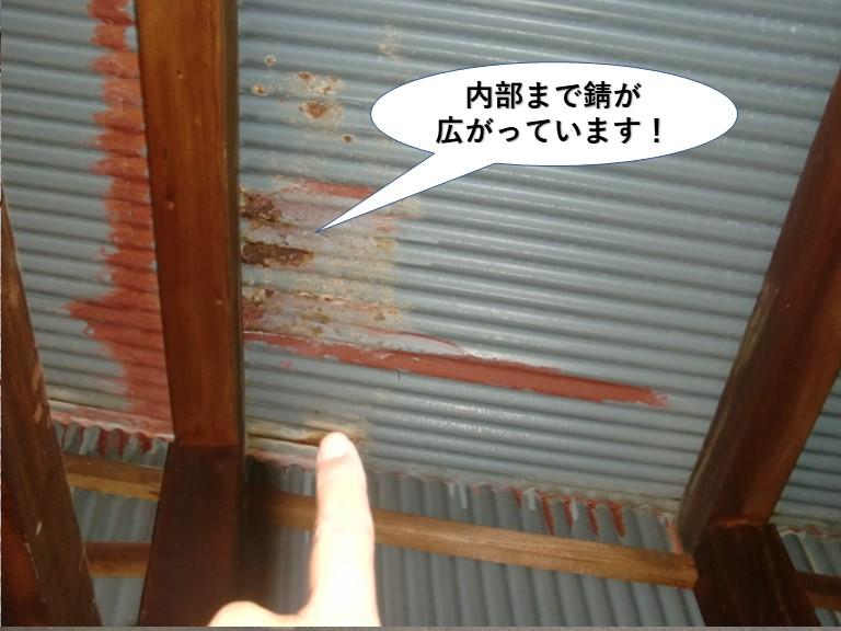 阪南市のトタン屋根の内部まで錆が広がっています