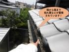 岸和田市の軒樋が端から端まで枯れ葉などが詰まっています