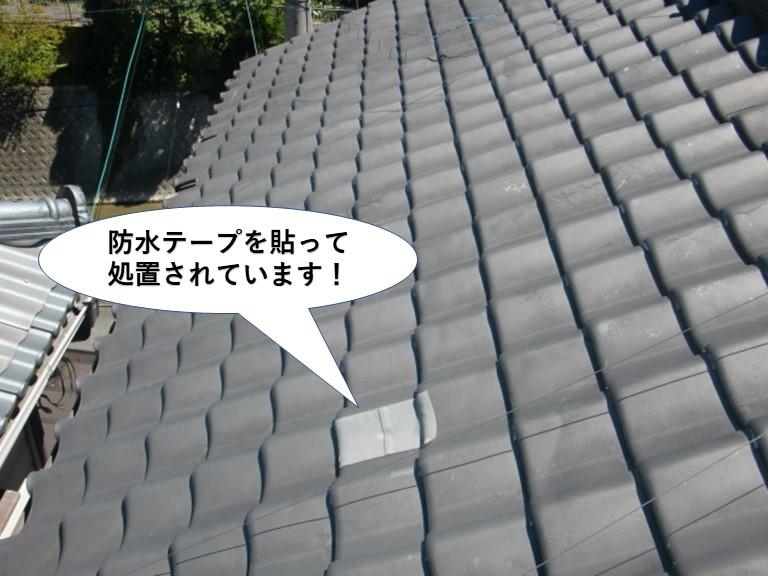 忠岡町の屋根の瓦が割れています
